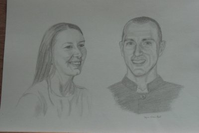 couple souriant - Les portraits couples au crayon et craie blanche - la photo du portrait